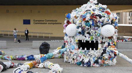 Чудовище от найлонови торбички и пластмасови отпадъци в акция пред Европейската комисия Reuters