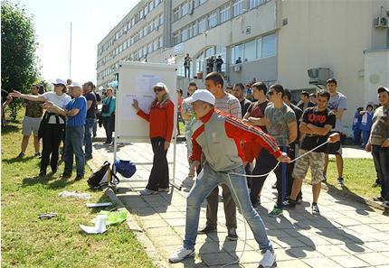 """Морски многобой - демонстрации и състезания бяха част от програмата по случай 20 май - Европейския ден на морето. Вчера той бе отбелязан в Техническия университет във Варна. По инициатива на областните управители на Варна, Бургас и Добрич и със съдействието на Техническия университет се проведе и семинар на тема """"Море без отпадъци - европейската инициатива"""", кръгла маса """"Българската морска култура и морските приоритети на Европейския съюз"""", както и изложба. Снимки: Антон Стоянов"""