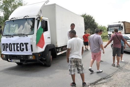 """Представители на фирми, изкупуващи метали, от цялата страна блокираха с камионите си международен път """"Е-80"""" в района на граничен пункт Капитан Андреево. Снимка: БТА"""