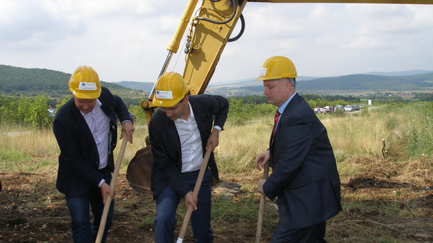 Първата копка беше направена в землището на с. Ракитница от кмета на Стара Загора от ГЕРБ Живко Тодоров (вляво) и министъра на екологията в оставка Станислав Анастасов (в средата) © Капитал