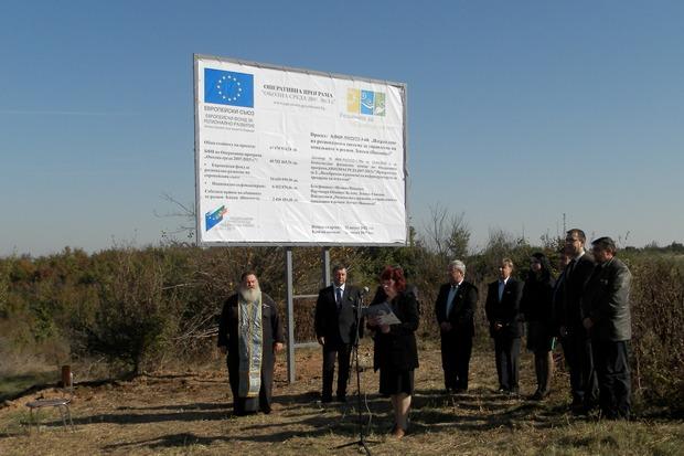 Стартът на строителните работи по изпълнението на одобрения проект бе даден точно преди една година на площадката в село Санадиново.  © archive.dariknews