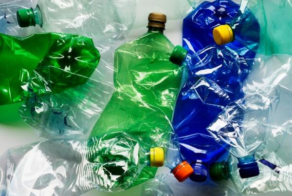 Проблясъци светлина водят до флуоресциране на пластмасите, по което може да се идентифицира видът им