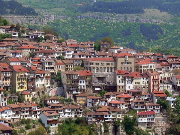 Над 20 паркови пейки и 7500 фиданки срещу рециклиране получи община Велико Търново.