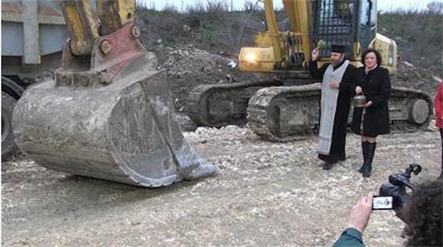 Министърът на околната среда и водите Ивелина Василева направи първа копка на рекултивацията на старото сметище в Русе по европроект за 22,5 млн.лв. Снимка © АВТОРЪТ