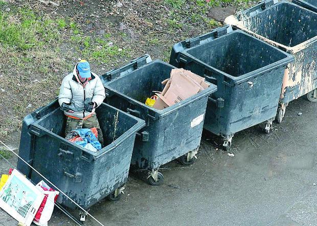 Клошарите търсят предимно пластмаса, която се търгува на 850 лева за тон. | © СНИМКА: БОЙКО КИЧУКОВ