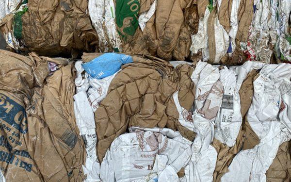 Сепарираната и балирана хартия и картон са вторични суровини с много голям потенциал.