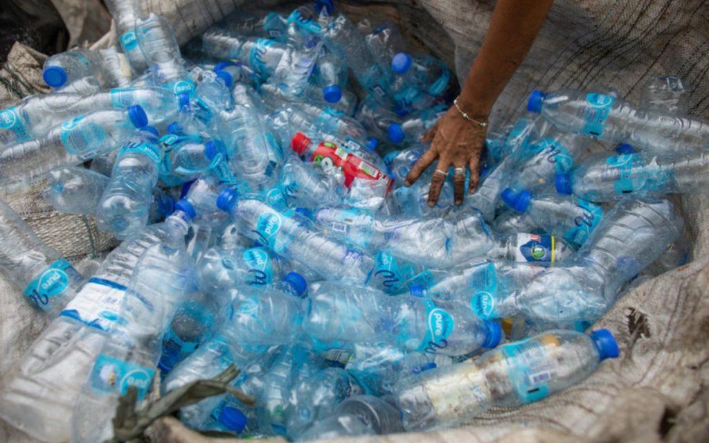 Пандемията удари, тъкмо докато политиците в много страни обещаваха да водят война срещу отпадъците от пластмаси за еднократна употреба.